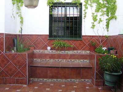 Ayuda con decoraci n parte lateral valla for Jardineras para patio casa