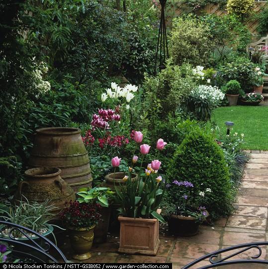 Dise o de jard n con hasta 100 cm de hormig n en el for Jardines pequenos con luces