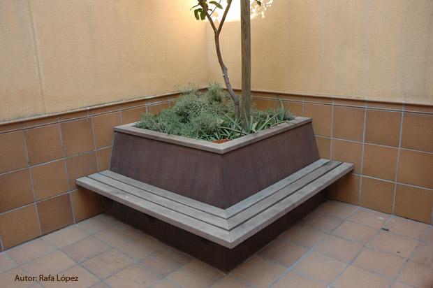 y lo que yo te deca que me pareca ideal para aprovechar espacio y dar continuidad es hacer jardinera en las esquinas de la finca - Jardineras De Hormigon
