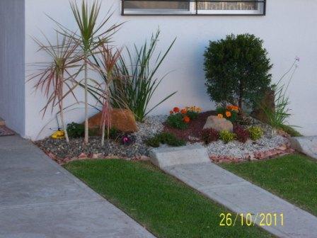 Arriate o cantero al frente de la casa para decorar en for Jardines de casas sencillas