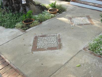 Suelo hormig n y piedras voy a hacer una parte del jard n for Suelos para patios rusticos