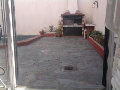 Transformar un patio en un jard n ayuda for Ladrillos para piletas